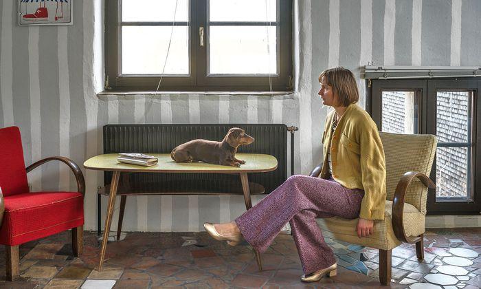 """Locations mit Patina. Wien-Impressionen von Elina Brotherus: """"Hundertwasserhaus mit Hund""""."""