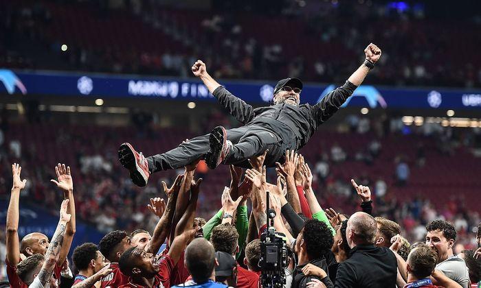 Liverpool-Trainer Jürgen Klopp wird nach dem Champions-League-Finale im vergangenen Juni in Madrid gefeiert.