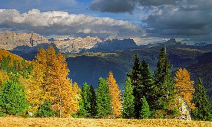Blick über Covara auf die Dolomiten im Herbst.