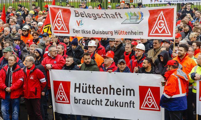 Die Stahlarbeiter kämpfen um ihre Arbeitsplätze im Ruhrgebiet.