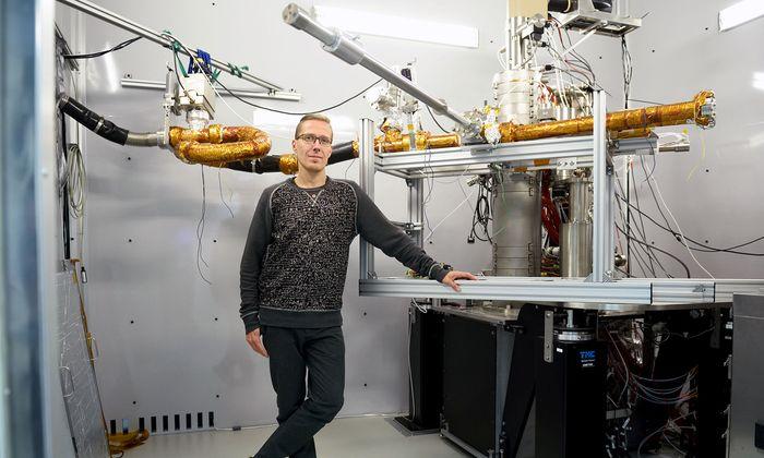 Toma Susi kam 2013 an die Universität Wien: Mithilfe des hochpräzisen Elektronenmikroskops entwirft er atomare Strukturen für Nanomaterialien.