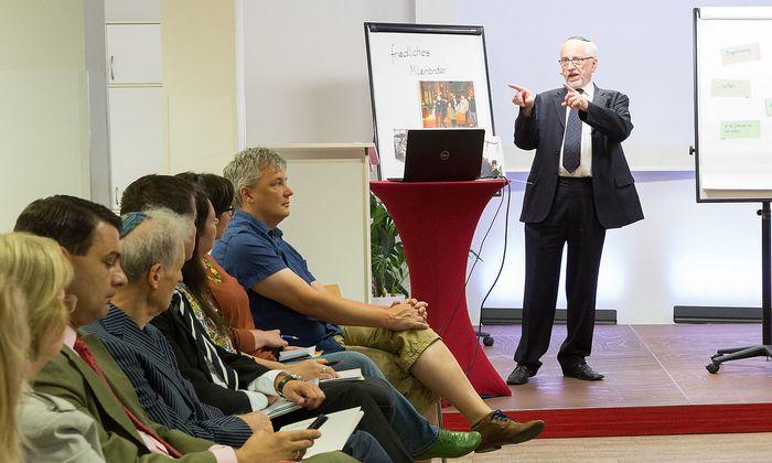 Raimund Fastenbauer beim Start der neuen Seminarreihe gegen Antisemitismus im Integrationszentrum Wien des Österreichischen Integrationsfonds.
