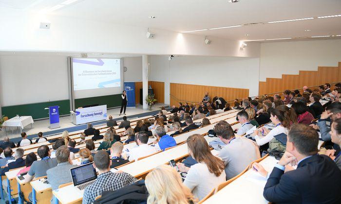 Forscher, Lehrende, FH-Vertreter und Politik bilden das Publikum des FH-Forschungsforums.