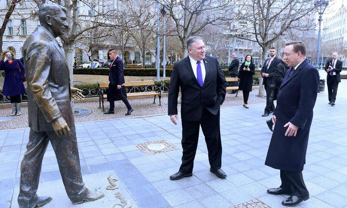 US-Außenminister Mike Pompeo vor der Ronald-Reagan-Statue am Budapester Szabadsag-Platz.