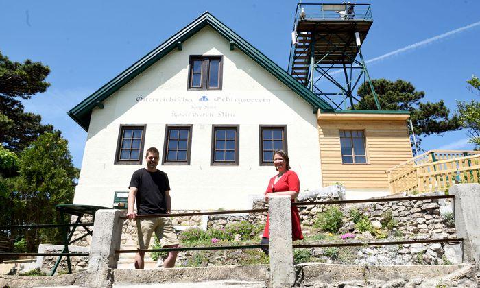Die sanierte Rudolf-Proksch-Hütte im Wienerwald mit den neuen Pächtern Peter und Sigrid Artner.