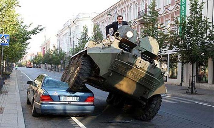 Buergermeister walzt Falschparker Panzer