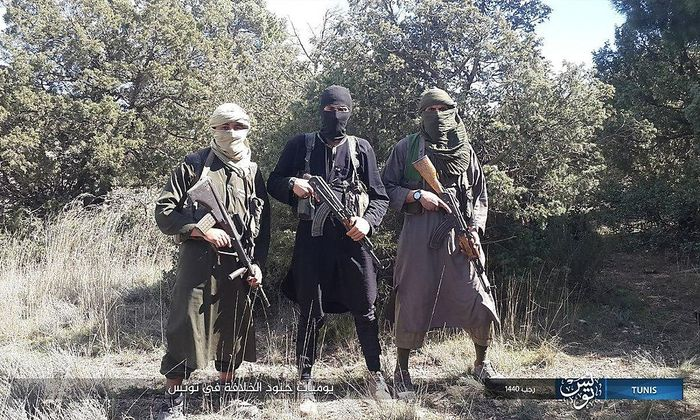 Tunesische IS-Kämpfer präsentieren ihre Waffen. Der Jihadist links trägt ein Steyr-Sturmgewehr.