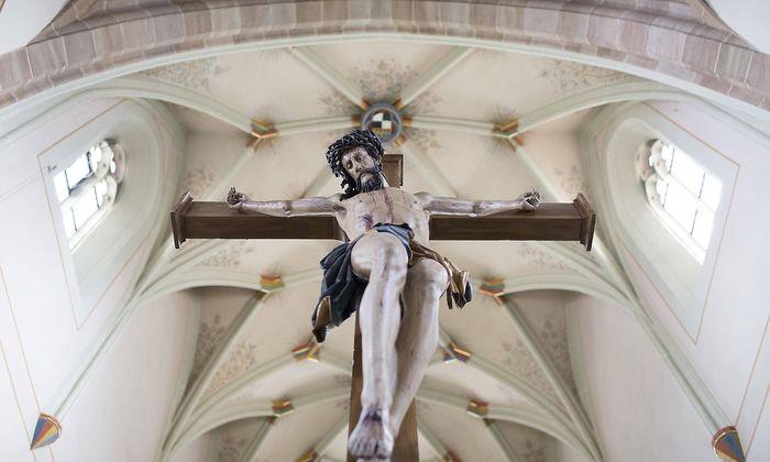 Jesus Christus am Kreuz Evangelische Stadtkirche Balingen Baden W�rttemberg Deutschland Europa *