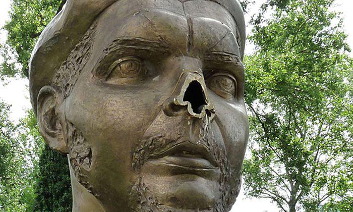Die Che-Büste ohne Nase.