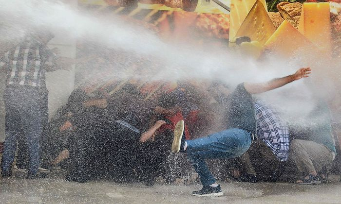 Dem Protest in den kurdischen Großstädten - wie hier in Diyarbakir - begegnet die Polizei auch mit Wasserwerfern.