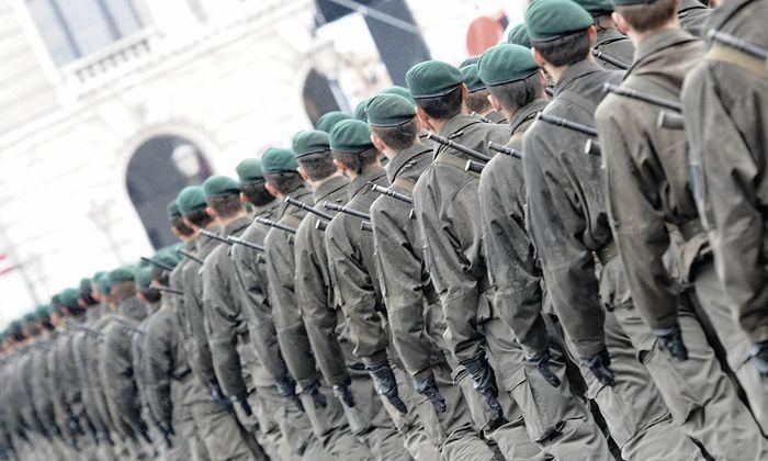 Archivbild: Rekruten des Bundesheeres am Nationalfeiertag 2011 am Wiener Heldenplatz.