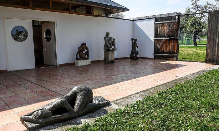Skulpturen wie Januskopf, Windfrauen oder Tempieto stehen in Stein gemeißelt, in Metall gegossen oder aus Polyester gefertigt auf dem Areal rund um die Gritschmühle.