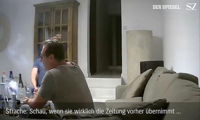 Ein Standbild aus dem verhängnisvollen Video auf Ibiza mit Strache (im Vordergrund) und Gudenus.