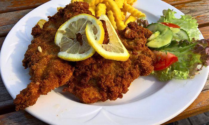 Paniertes Schnitzel Wiener Art vom Schwein mit Pommes und Salat *** Viennese breaded pork schnitz