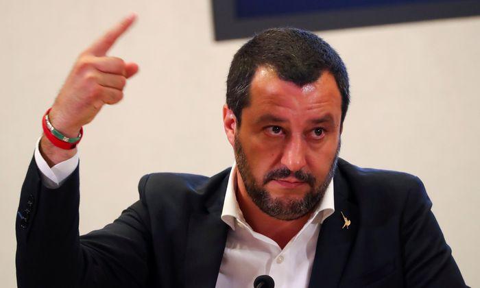 """Salvini betreibt seit seiner Ernennung vor fast einem Jahr eine Politik der """"geschlossenen Häfen""""; dem waren viele Fälle von Bergungseinsätzen durch NGOs im Meer vorangegangen."""