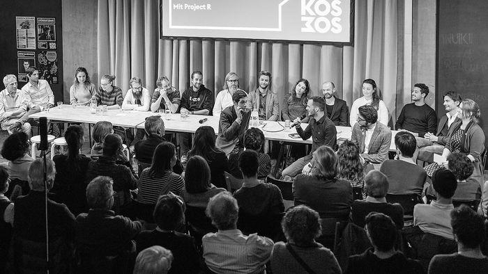 """Das Team der """"Republik"""" bei einem öffentlichen Abend in Zürich, zu dem rund 300 Unterstützer gekommen waren."""