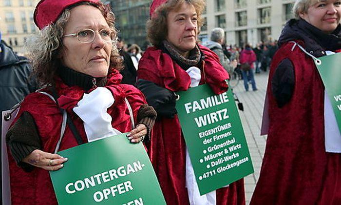 Contergan-Opfer demonstrieren in Berlin