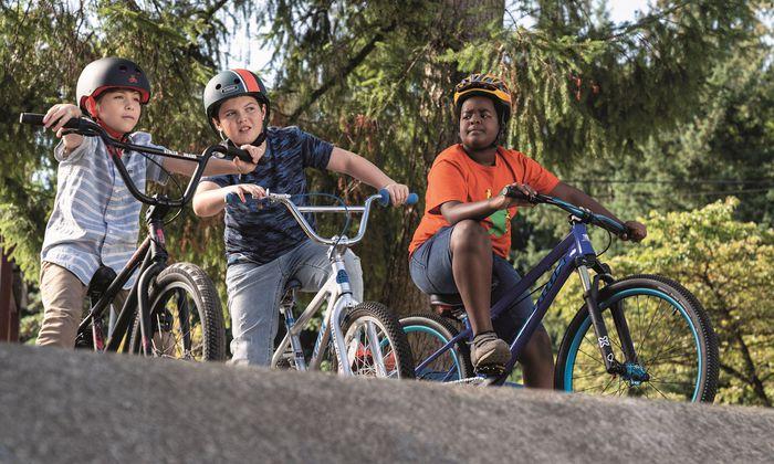 Auf ihren Rädern entdecken drei Freunde (Jacob Tremblay, Brady Noon, Keith L. Williams) die Erwachsenenwelt. Gut, dass die Erwachsenen davon nichts wissen.
