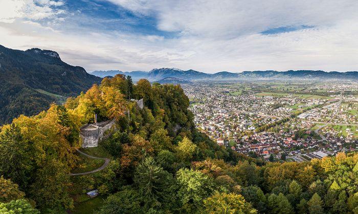 Die Burgruine Alt-Ems in Hohenems mit Blick auf das dicht besiedelte Vorarlberger Rheintal. 423 Menschen leben hier auf einem Quadratkilometer.