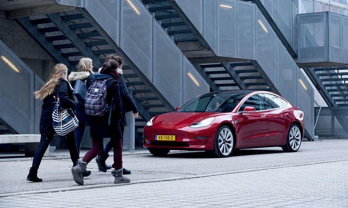 Schlank und sportlich. Kompakt und schnittig. Das Model 3 von Tesla ist ein Blickfang.