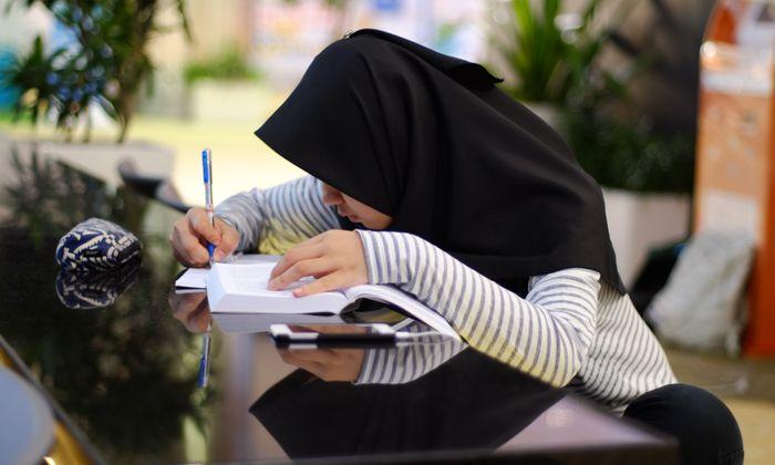 """""""Wenn man es als Mädchen bereits trägt, wird man es nicht mehr abnehmen"""", so Aktivistin Zana Ramadani zum Kopftuch."""