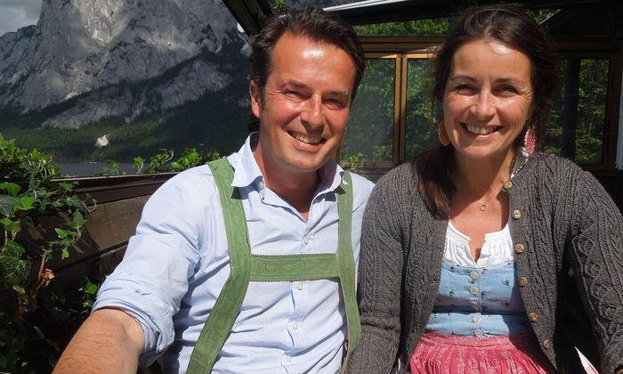 Idyllische Kulisse: Peter und Kathi Beuchel im Ausseer Strandcafé.