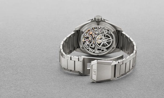 Einsichtig. Das skelettierte Swiss-Made-Uhrwerk ist auch durch den Saphir-Gehäuseboden sichtbar.