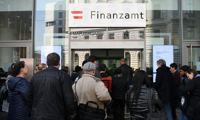 Archivbild: Fototermin vor dem Finanzzentrum Wien Mitte im vergangenen April.