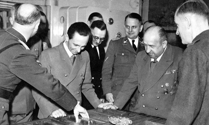 Joseph Goebbels, Funk und Ohlendorf mit Goldbarren aus dem Gold ermordeter Juden, 1944