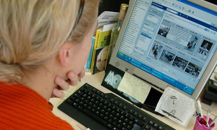 Frau vor Bildschirm