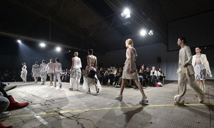 Bei der Show Modeklasse zeigen die Absolventen ihr Können.
