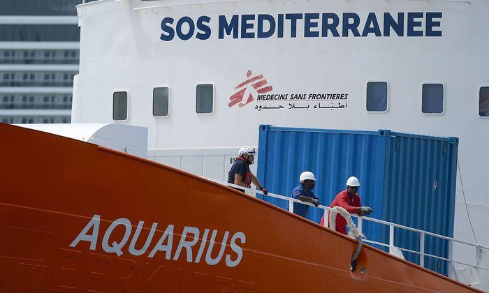 """""""Ärzte ohne Grenzen"""" und """"SOS Mediterranée"""" betreiben das Schiff """"Aquarius"""" gemeinsam im Mittelmeer, um Migranten in Seenot zu retten."""