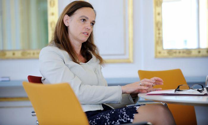 Bildungsministerin Sonja Hammerschmid (SPÖ) stellt Lehrern eigene Büros statt überfüllter Lehrerzimmer in Aussicht.