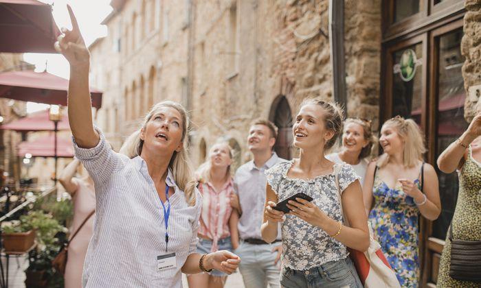 Reiseleiter müssen Sehenswürdigkeiten kennen. In einigen Ländern dürfen sie nicht zu viel verraten.