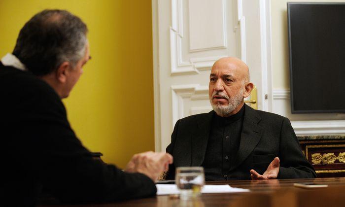 """Hamid Karzai spielt Pakistan den """"Schwarzen Peter"""" für die Misere in Afghanistan zu."""