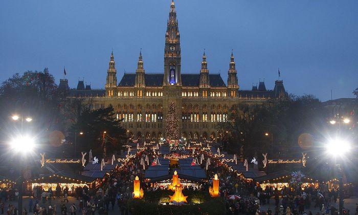 Mit rund drei Millionen Besuchern jährlich ist der Christkindlmarkt vor dem Wiener Rathaus der größte Weihnachtsmarkt in der Stadt.