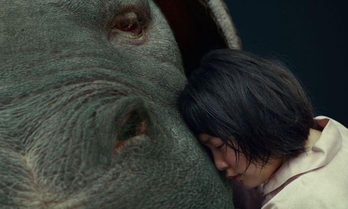 Okja, eine neugezüchtete Kreatur, soll die Hungrigen der Welt nähren – und einem Konzern bei der Image-Reparatur helfen. Tierschützer stellen sich in den Weg.