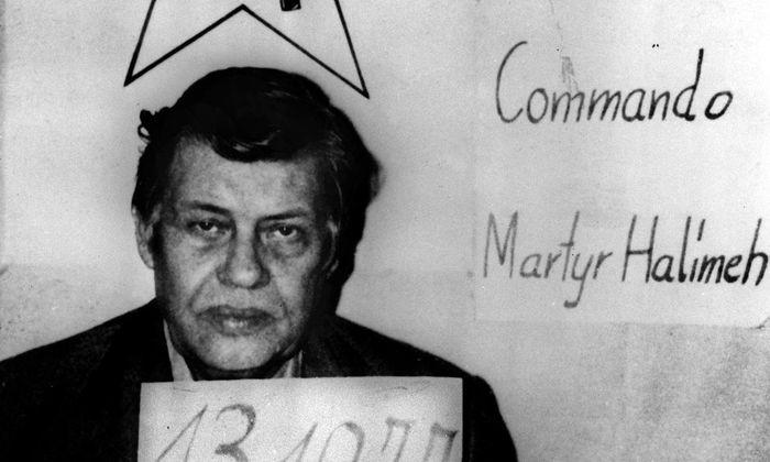 Die Bilder von Hanns Martin Schleyer aus der Gefangenschaft erweckten in der deutschen Bevölkerung Mitleid, dennoch entstand kein öffentlicher Druck auf die Regierung, den Forderungen der Entführer nachzugeben. Eine Mehrheit der Bevölkerung sprach sich für Härte gegenüber den Terroristen aus.