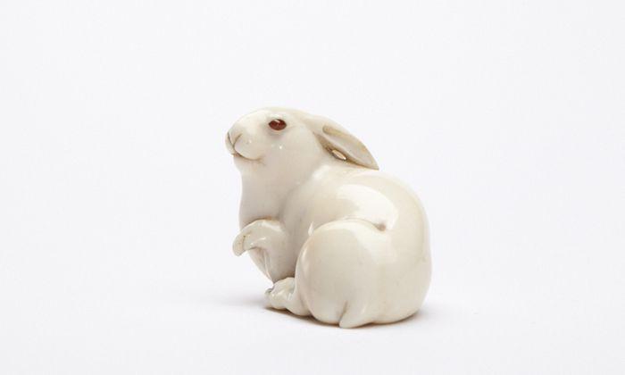 """Symbolfigur für das Überdauern und das Geschichtenerzählen: der """"Hase mit den Bernsteinaugen"""" aus der Netsuke-Sammlung der Ephrussis."""