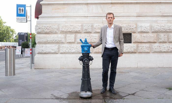 Sieht nicht so aus, ist aber smart: ein Hydrant, dem ein Wasserhahn aufgesetzt wurde, damit die Bevölkerung an heißen Tagen zu kostenlosem Wasser im öffentlichen Raum kommt – da die Hitze wegen der Klimaerwärmung weiter zunehmen wird. Neben dem Hydranten: Smartcity-Leiter Thomas Madreiter.