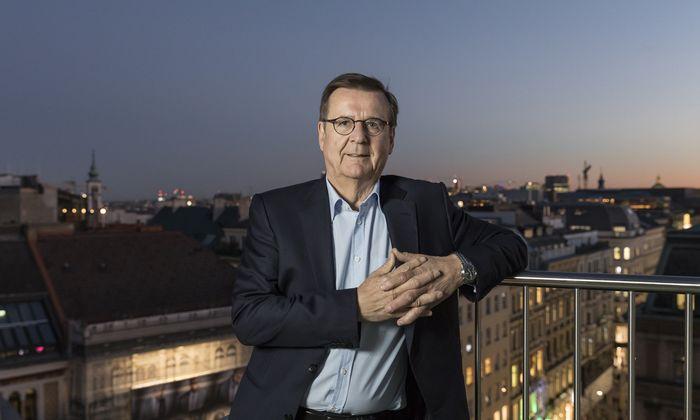 """Hans Mahr auf der Terrasse seiner Wiener """"Heimstatt"""" Do & Co."""