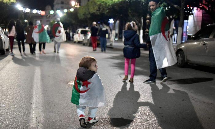Freude über den Rücktritt des Langzeitmachthabers. Algerische Demonstranten feierten in den Straßen.