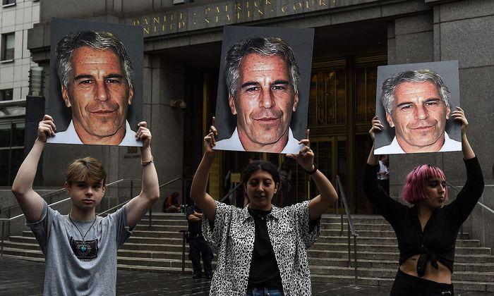 Wollte Epstein Klagen von möglichen Opfern erschweren? Für diese gingen Demonstranten vor dem New Yorker Gefängnis auf die Straße