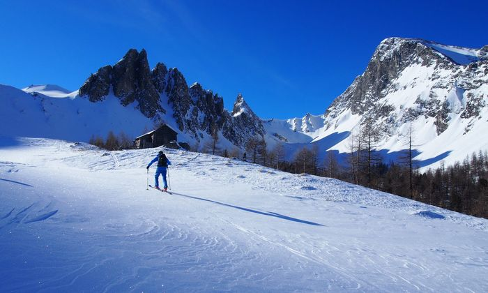 """Tour-Guide Klaus spurt vor: Die Jagdhütte auf halber Strecke ist prädestiniert für eine Rast, dann geht es durch die """"Hölle"""" gemächlich bis zum Einstieg in die Nordflanke der Felskarspitze."""