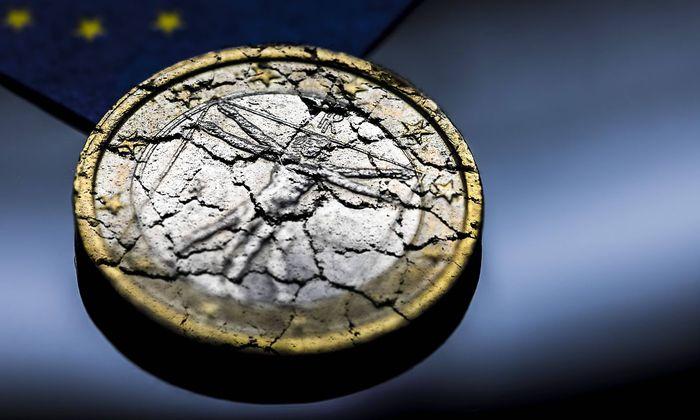 Italienische Euromuenze mit Rissen Symbolfoto Schuldenkrise in Italien *** Italian euro coin with c
