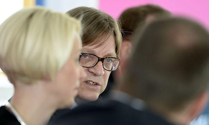 NEOS-Spitzenkandidatin für die Eu-Wahl Angelika Mlinar (l.) und Guy Verhofstadt (m.), Spitzenkandidat der europäischen Liberalen (ALDE)
