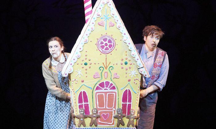 Bubenhaft draufgängerisch: Margaret Plummer als Hänsel, mit Chen Reiss als Gretel.