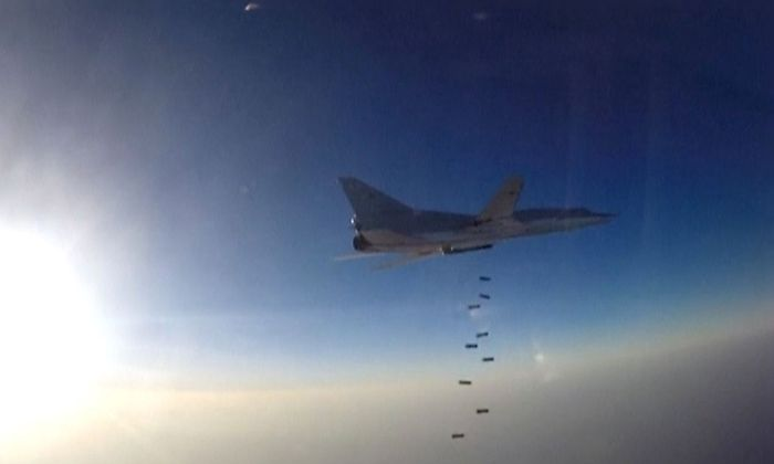 Ein russischer Kampfjet wirft über Syrien Bomben ab.