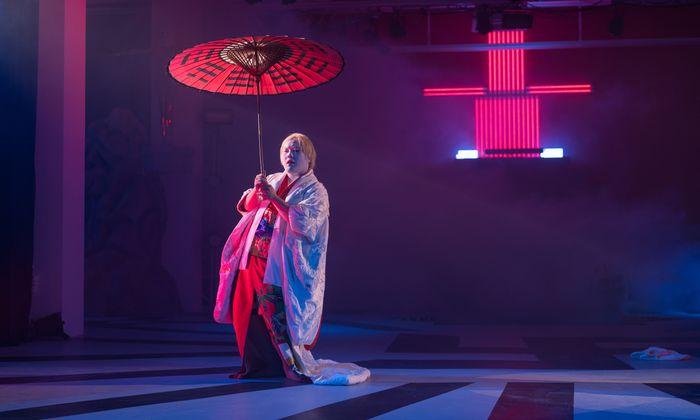 """Regisseur Tianzhuo Chen spielt in seiner bizarren Performance """"Ishvara"""" gern mit vieldeutigen Zeichen und steinalten Mythen."""