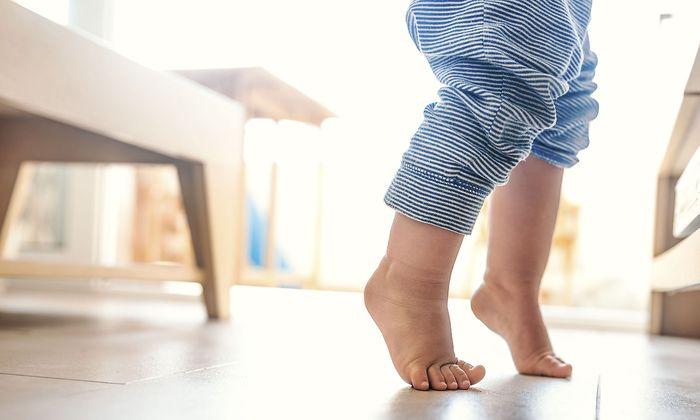 Auch kleine Füße können großen Lärm machen.